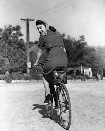 La actriz Olivia de Havilland monta en bicicleta, en una imagen en torno a 1938.