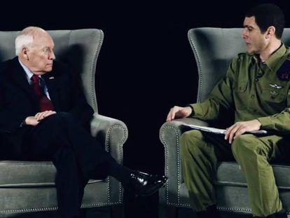 Sacha Baron Cohen (a la derecha) caracterizado como el coronel israelí Erran Morad, personaje creado para atraer a los sectores de la sociedad estadounidense que aman las armas, en la serie-documental 'Who is America?'. A su lado, el exvicepresidente del Gobierno estadounidense Dick Cheney.