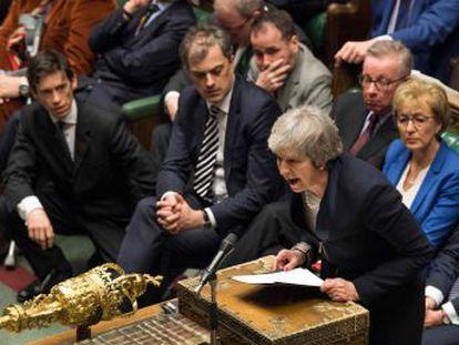 El líder laborista, Jeremy Corbyn, presenta una moción de censura contra la primera ministra