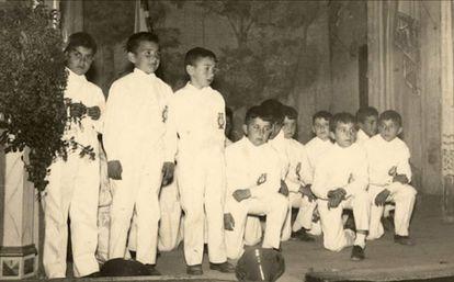 ¿Sabrías decir cuál de estos chiquillos del coro de los Salesianos es Rosendo? ¡Eso es! El tercero por la izquierda. Imagen de 1961. Rosendo tenía siete años.