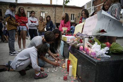 Jóvenes en Salas de los Infantes poniendo velas en homenaje a la mujer asesinada por su pareja.