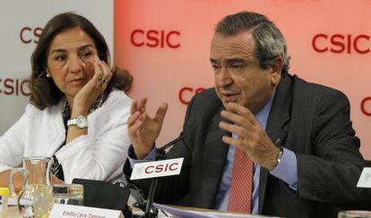 El presidente del CSIC, Emilio Lora-Tamayo, en un acto con la secretaria de Estado de Investigación, Carmen Vela.