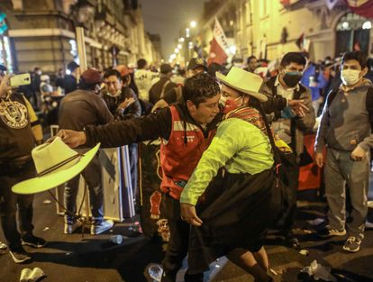 Una pareja baila en Lima durante la celebración de la victoria virtual de Pedro Castillo, el pasado jueves.