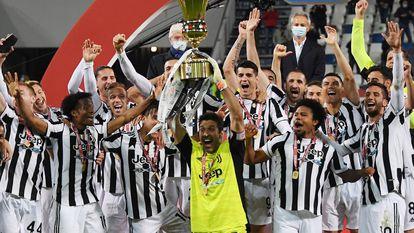 Buffon levanta la Coppa Italia este miércoles.