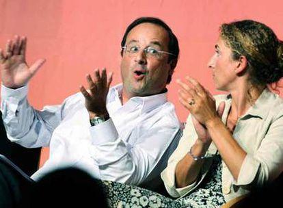 François Hollande conversa con la dirigente socialista Delphine Batho durante la universidad de verano de La Rochelle.
