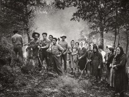 'A huebra limpiando el monte' (1962), una de las fotografías de la exposición 'Piedad Isla. Realismo poético'