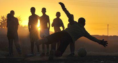 Niños jugando al fútbol en Sudáfrica.