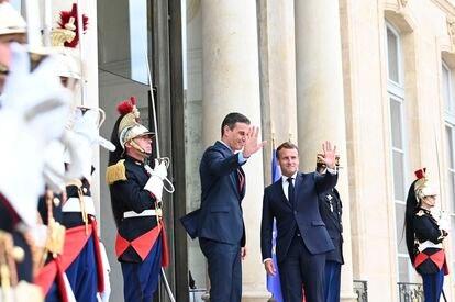 Pedro Sánchez y Emmanuel Macron saludan a las puertas del Elíseo poco antes de mantener una reunión de trabajo previa a la cumbre de la UE.