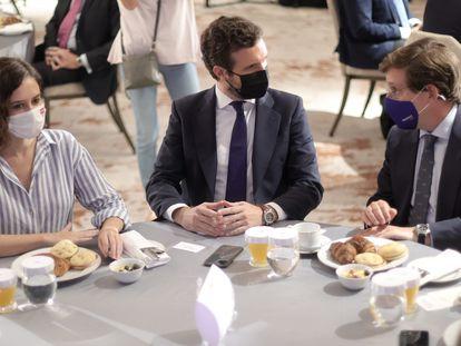 La presidenta de la Comunidad de Madrid, Isabel Díaz Ayuso; el presidente del Partido Popular, Pablo Casado, y el alcalde de Madrid, José Luis Martínez-Almeida, el 7 de septiembre.