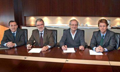 Juan Carlos Rovira, (Institut Catalá de Finances), Pedro Torrades (grupo Planeta), Joan Bosch (El Punt) y Carlos Godó, (Grupo Godo) durante el acuerdo de venta del Avui al Punt Diari en 2009