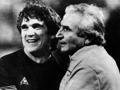 Arconada y el seleccionador Miguel Muñoz se abrazan tras el triunfo ante Dinamarca