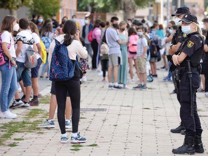 Efectivos de la Policía Nacional controlan los accesos a un instituto en Valladolid, el 14 de septiembre.
