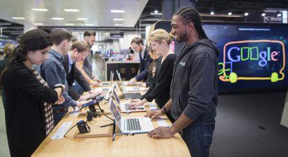 Clientes en la primera tienda Google en Londres (Reino Unido)