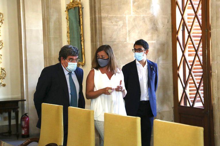La presidenta del Govern, Francina Armengol (centro), junto al ministro de Inclusión, Seguridad Social y Migraciones, José Luis Escrivá (izquierda) y el conseller de Modelo Económico, Turismo y Trabajo, Iago Negueruela.