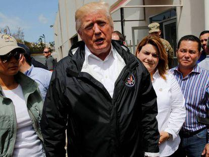 Donald Trump junto a la primera dama en su visita a Puerto Rico.