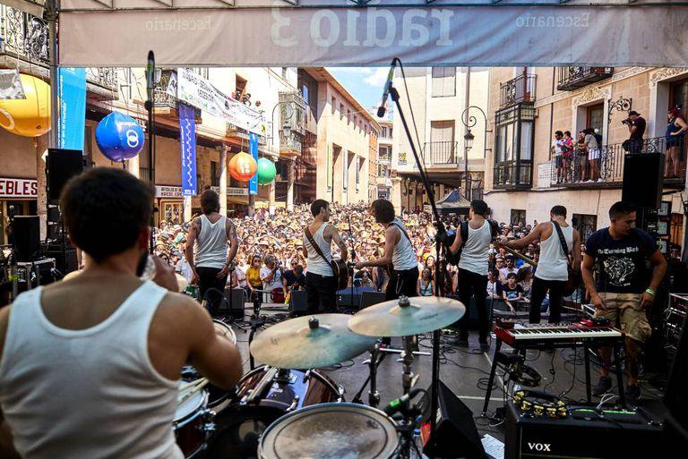 Actuación del grupo La M.O.D.A. en el festival Sonorama, en la plaza del Trigo de Aranda de Duero