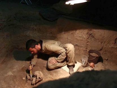 Un arqueólogo trabaja en un enterramiento del yacimiento arqueológico Lapa do Santo, en Lagoa Santa, Brasil.
