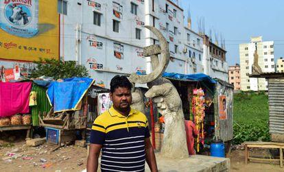 Mohammad Ibrahim, líder sindical del textil en Bangladesh, en el lugar donde se alzaba el complejo del Rana Plaza en la capital, Dacca.