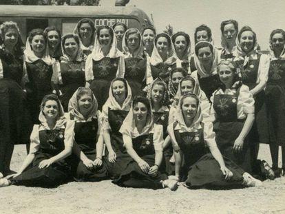 Una de las fotografías originales del homenaje de mujeres llegadas de toda a España a Franco en el castillo de la Mota en mayo de 1939.