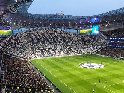 El fondo sur del nuevo estadio del Tottenham, con un tifo en el que se lee el lema del equipo: Atreverse es lograrlo. Encima de la grada puede verse el escudo del equipo esculpido en bronce.