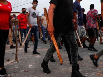 Grupos progubernamentales, algunos armados con palos, por las calles de La Habana en un intento de contrarrestar las protestas por la crisis. este lunes.
