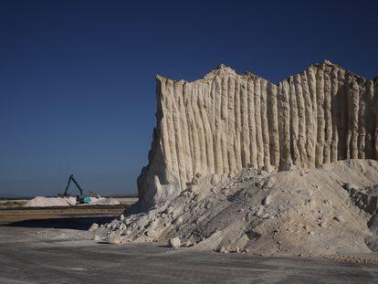 De las 2.500 hectáreas de salinas que Asal tiene en la Bahía de Cádiz, las de costa más grandes de España, salen en estos días 50.000 toneladas de sal para carreteras heladas por la ola de frío.