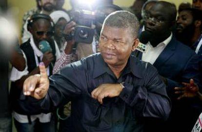 Joao Lourenço muestra su dedo tintado tras ejercer el voto, este miércoles en Luanda.