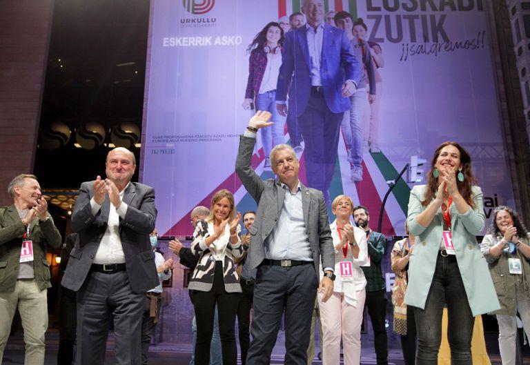 El 'lehendakari', Íñigo Urkullu, celebra su triunfo electoral en la sede de su partido en Bilbao, el domingo 12 de julio.