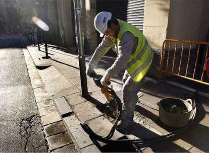Un operario con un martillo hidráulico, ayer en la calle de Bonavista del barrio de Gràcia.