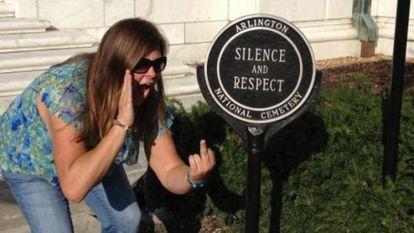 Fotografía de Lindsey Stone publicada en su Facebook.