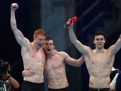 Tom Dean, Matthew Richards y James Guy celebran el triunfo británico en el 4x200.
