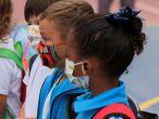 GRAFCAN9180. LAS PALMAS DE GRAN CANARIA (ESPAÑA), 15/09/2020.- Unos 162.600 alumnos de Infantil y Primaria de Canarias vuelven este martes a las aulas, en la reanudación de las clases presenciales para la gran mayoría de ellos desde que se suspendió la actividad lectiva convencional en los centros el pasado 13 de marzo, debido la pandemia de covid-19. En la imagen, varios niños esperan para entrar a su clase en el colegio León y Castillo de Las Palmas de Gran Canaria, entre señalizaciones y medidas de desinfección. EFE/Ángel Medina G.