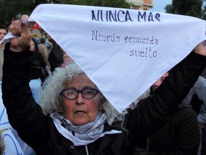 Una mujer sostiene un mensaje de repudio a la liberación de exrepresores de la dictadura argentina, el 10 de mayo de 2017 en Santa Rosa, La Pampa.