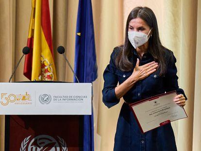 La Reina, con el diploma de alumna de honor que recibió en la Complutense, este martes.