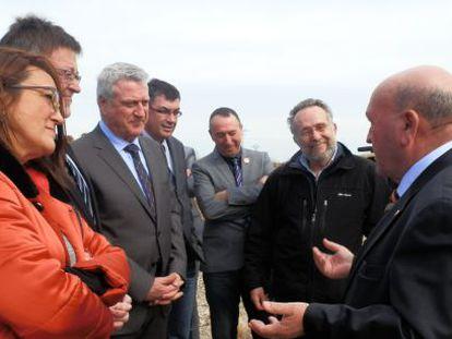 José Pascual Fortea se dirige a los invitados a la suelta de agua en Sueca, entre ellos representantes del PSOE, Compromís y EUPV.
