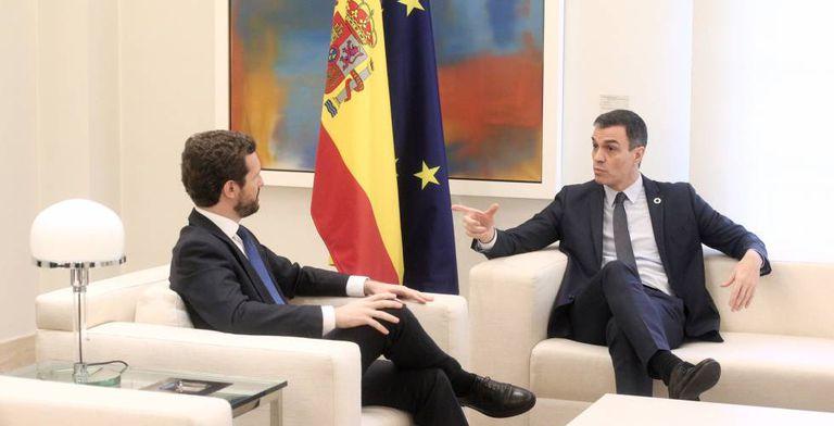 El presidente del Gobierno, Pedro Sánchez y el presidente del PP, Pablo Casado, durante su reunión el pasado febrero en el Palacio de La Moncloa.