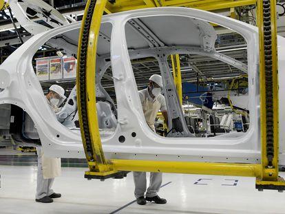 Trabajadores de Fiat Chrysler trabajan en el modelo Argo, en la planta de Betim, cerca de  Belo Horizonte (Brasil), el pasado 20 de mayo.