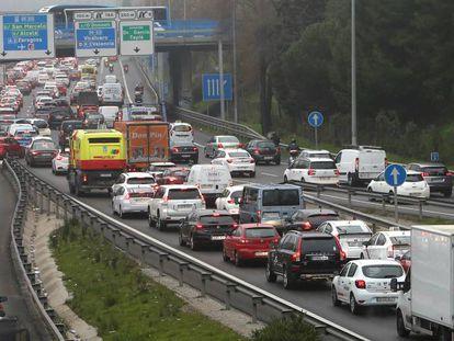 Tráfico en la M-30 de Madrid, en dirección norte.