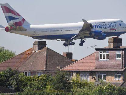 Un avión aterriza en el aeropuerto de Heathrow, en Londres.