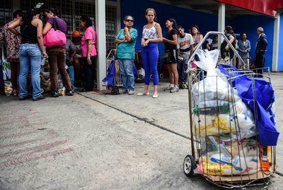 Colas en un centro de distribución de alimentos de Caracas.