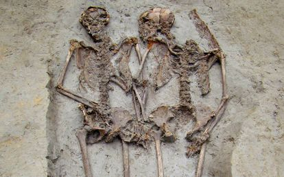 Los 'amantes de Módena', enterrados de la mano.