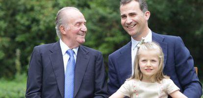 Don Juan Carlos, con el príncipe Felipe y la infanta Leonor.