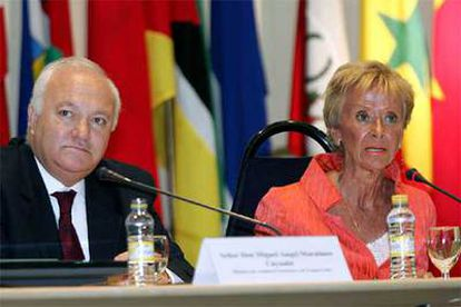 El ministro de Asuntos Exteriores, Miguel Ángel Moratinos, y la vicepresidenta primera, María Teresa Fernández de la Vega, en la reunión anual de embajadores españolas en el extranjero en Madrid.