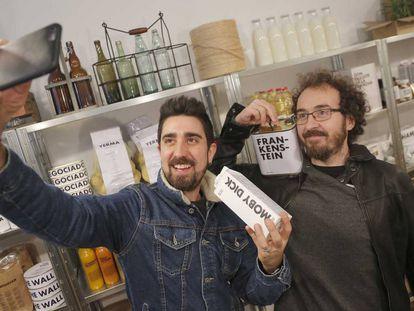 Álex Ubago y Xabier San Martín (La Oreja de Van Gogh), se fotografían en la tienda El Kolmado abierta en San Sebastián.