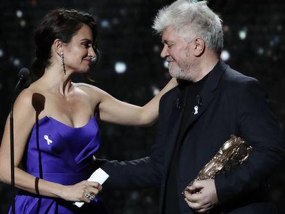 Pedro Almodóvar entrega a Penélope Cruz el Cesar de Honor por su carrera en la 43 edición de los premios en París.