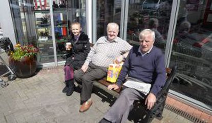 Liz Brockledank, Tony Keddy y Paul O'Connor, en un banco de Greystones, votarán no en el referéndum. / LIONEL DERIMAIS