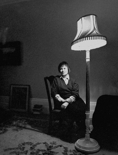 Iris Murdoch, en el salón de su casa, en los años sesenta.