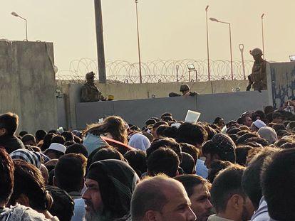 Cientos de afganos intentan entrar en el aeropuerto de Kabul para salir del país, este lunes. En vídeo, caos en el aeropuerto de Kabul tras una semana de ocupación talibana.