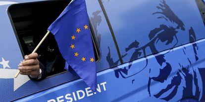 Un simpatizante deJean-Claude Juncker, candidato a las europeas, en Bruselas.