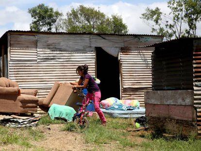 Una mujer saca sus muebles durante un desalojo, en el asentamiento Mirador de la colonia el Amparo, en Ciudad de Guatemala (Guatemala).